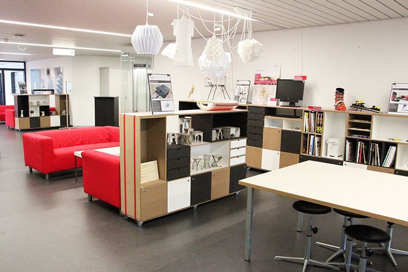 buntes regal in der hochschule luzern stocubo regale. Black Bedroom Furniture Sets. Home Design Ideas